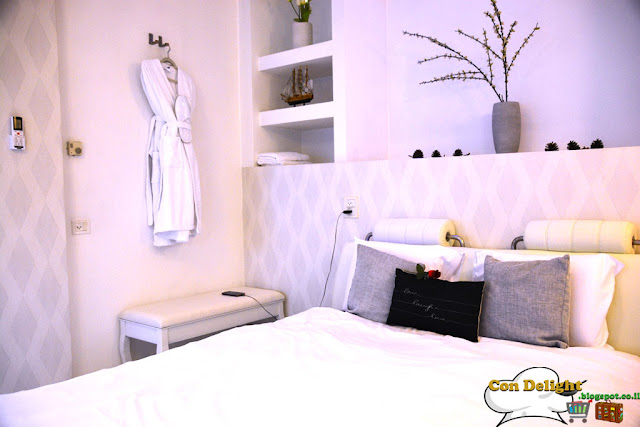 מיטה וחלוק Robe and king size bed