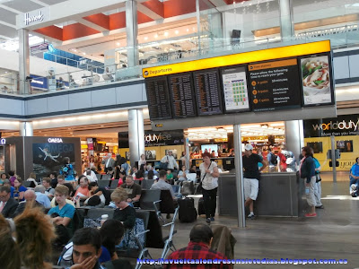 Área de espera y paneles informativos en el aeropuerto de Heathrow