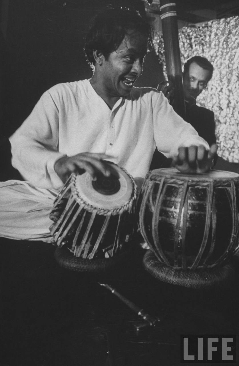 Pandit Chatur Lal performing