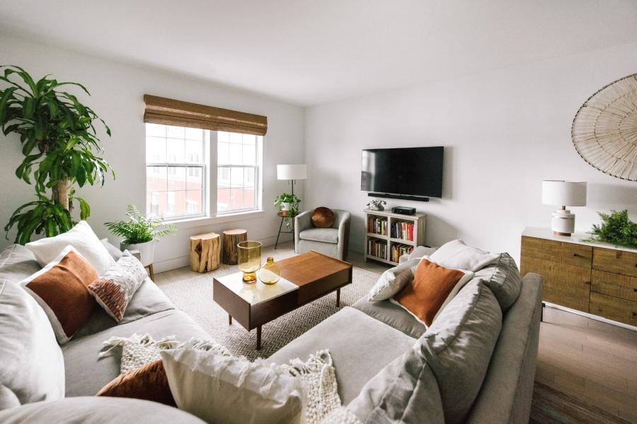 Prosty apartament w klimacie feng shui, wystrój wnętrz, wnętrza, urządzanie domu, dekoracje wnętrz, aranżacja wnętrz, inspiracje wnętrz,interior design , dom i wnętrze, aranżacja mieszkania, modne wnętrza, naturalne materiały, minimalizm, rośliny, białe wnętrza, salon, living room, sofa, kanapa, narożnik, stolik kawowy, stolik pień