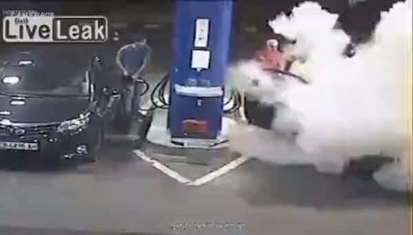 Se niega a apagar su cigarro en una gasolinera y lo rocían con un extintor