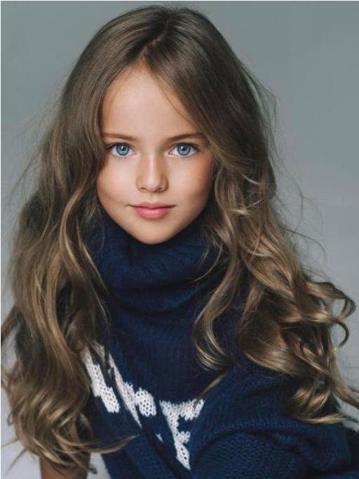 Gambar anak kecil berambut pirang gratis