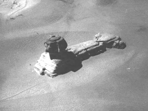 Esta es una rara imagen de la Esfinge tomada desde un globo de aire caliente, a principios del siglo 19. Esto es antes de la excavación y restauración. Nótese el enorme