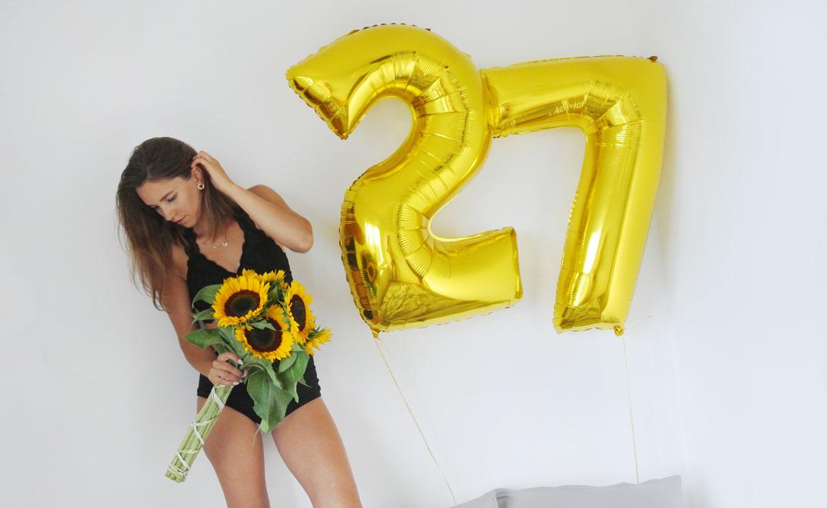 Balony z helem, balony cyfry na hel, dziewczyna ze słonecznikami