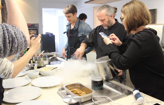 Flüssiger Stickstoff für das Eis bei der AEG Taste Academy mit Heiko Antoniewicz