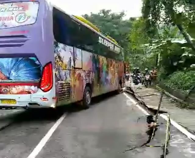 Waspada! Jalan Poros Makale-Rantepao Amblas, Pengendara Diminta Tetap Berhati-hati