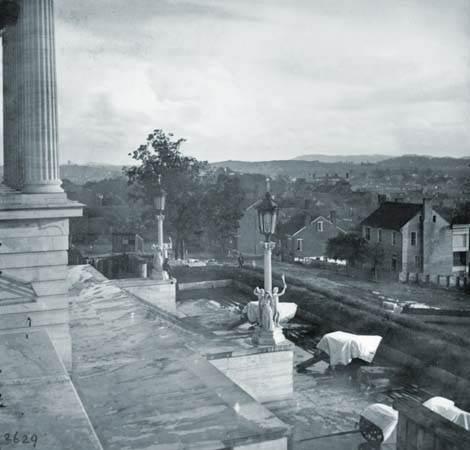 Cañón cubierto en los pasos del capitolio, Nashville, Tennessee