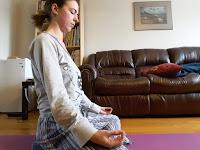 Yoga dans le salon, méditation, pyjama