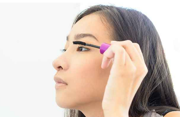 Tips for Using Eye Makeup Safely Without Irritation