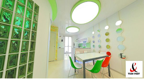 Mẫu trần nhà bếp xuyên sáng màu trắng 1