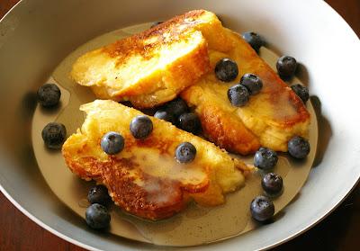 francuskie tosty z syropem maślankowym i jagodami