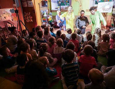 aktorzy teatru bagatela graja dla dzieci ze szpitala w Prokocimiu
