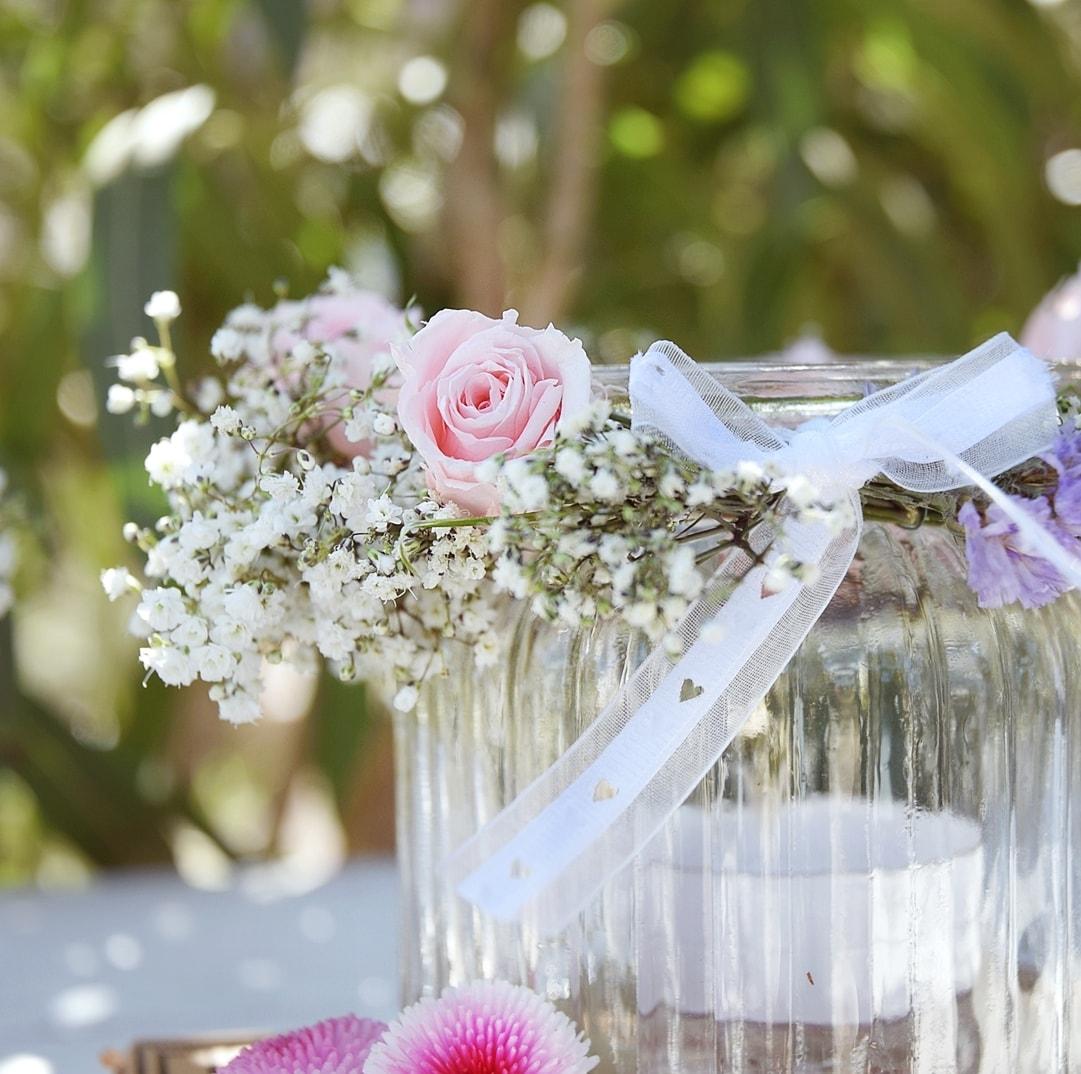 Blumenkranz für Windlichter binden.