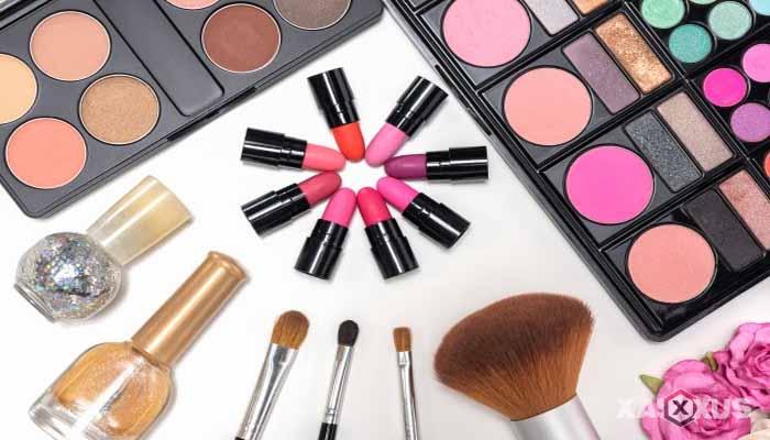 Cara menghilangkan bruntusan di wajah dengan menghindari pemakaian kosmetik tebal
