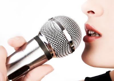 Mulher com Microfone na mão