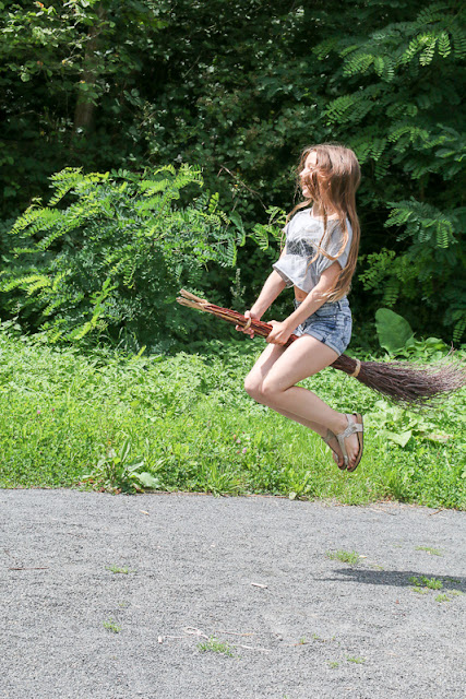 LouForYou fliegt auf Hexenbesen