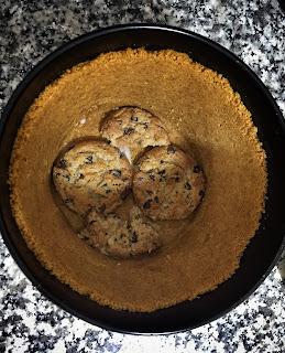 Tarta de nata y cookies de chocolate. Receta muy fácil sin horno.