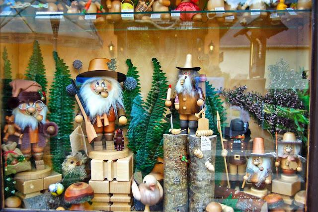 Витрина магазина с деревянными игрушками в Зайфене