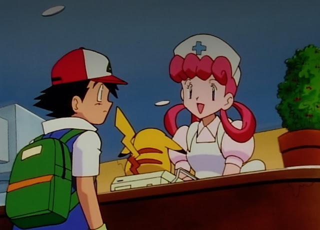 uniforme rosa claro, y mandil blanco, pelo en dos coletas circulares rosa fuerte, esta pesando a Pikachu mientras informa a Ash con mochila verde