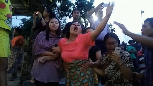 Maria Magdalena Sinaga menjerit histeris memanggil Justinus, adiknya yang meninggal sebagai sopir taksi online di Bogor, Selasa (6/3/2018). - Foto: Tribun Medan/Dedi Kurniawan