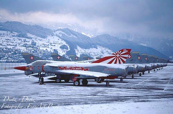 Mirage IIIS aufgereiht auf dem Flugplatz Buochs im Dezember 1999