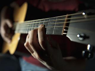 """Sejarah Gitar Akustik   Nama Gitar berasal dari kata Sansekerta kuno yaitu """"String"""" – """"tar"""". (Ini adalah bahasa Asia Tengah dan India utara yang dikembangkan.Gitar Akustik Sebuah alat musik yang dimainkan sehingga mampu menghasilkan suara yang indah di mana suara tersebut berasal dari sebuah getaran senar gitar yang di petik dan suara tersebut akan beresonansi terhadap tabung gitar atau kayu badan gitar. Resonansi ini sendiri adalah peristiwa bergetarnya suatu benda karena adanya getaran dari benda lainnya.  Gitar pertama kali di temukan oleh Orville H. Gibson (1856, Chateaugay, New York – 21 Agustus 1918, Ogdensburg, New York). Gibson memulai usaha membuat gitar pada tahun 1894 di bengkel rumahnya di Kalamazoo, Michigan. Tanpa pelatihan formal, Orville mampu menciptakan desain yang inovatif bagi mandolin dan gitar, dengan headstock diukir dan melengkung seperti sebuah biola. Ciptaannya begitu berbeda, sehingga ia diberi hak paten pada desainnya. Orville membuat itu semua dengan hanya bermodalkan lemari jati yg sudah tak terpakai, sehingga lebih keras dan lebih tahan lama daripada instrumen lain saat itu. Sehingga permintaan para musisipun langsung membeludak.  Gitar akustik adalah jenis gitar yang menghasilkan suara yang dari getaran senar gitar yang dialirkan melalui sadel dan jembatan"""