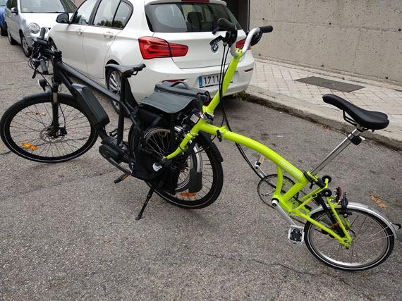 9ce6c5ec4b1 Prueba de la bolsa de transporte Bakkie, que asegura llevar maletas o  remolcar una bici | en bici por madrid