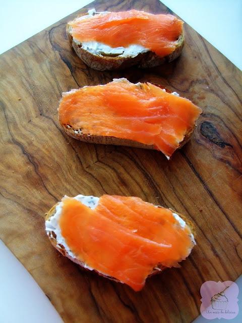 Tostadas de salmón y queso, aperitivos y entrantes recetas fit