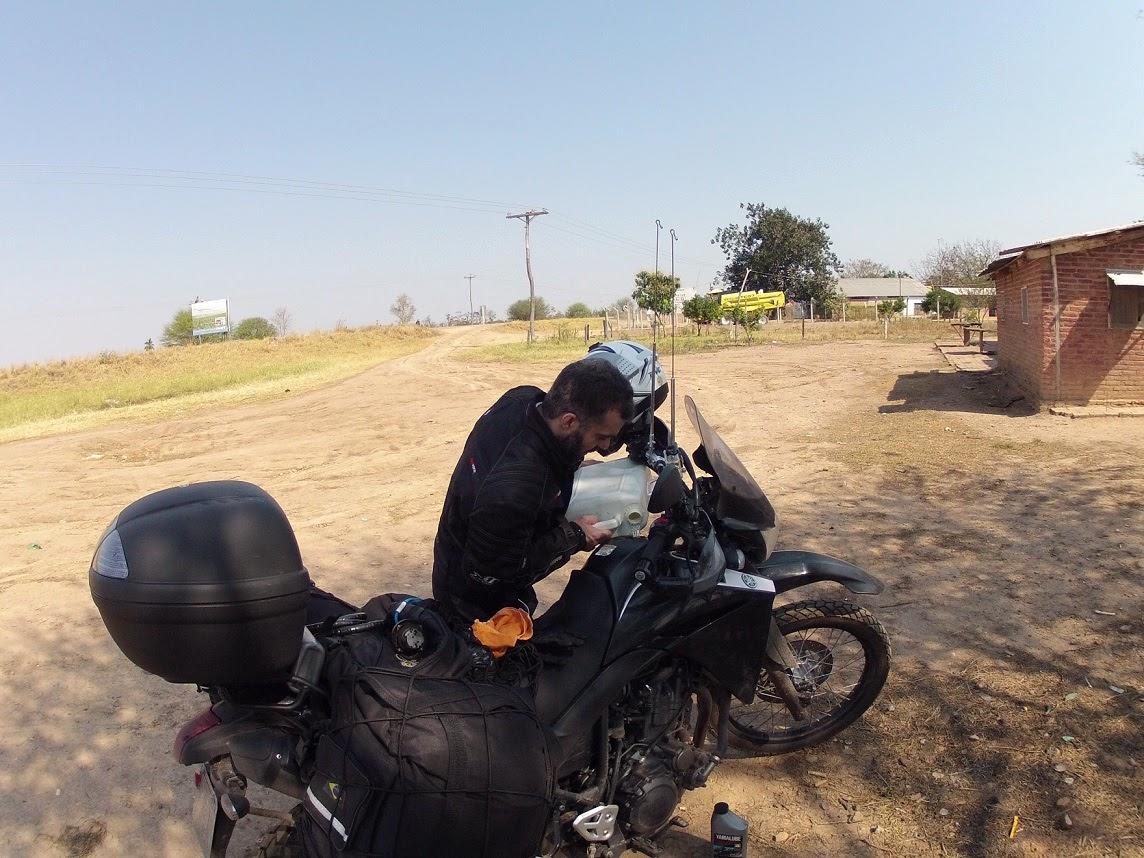 Segundo abastecimento com galões, chegando em Santa Cruz / Bolívia.