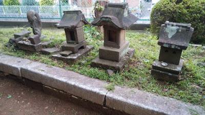 石像と3つの石祠