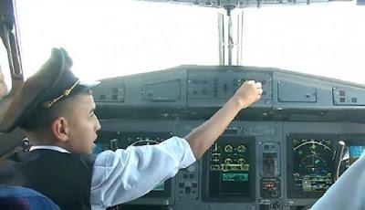 Biarkan Anak 10 Tahun Kendalikan Pesawat, Dua Pilot Diskors