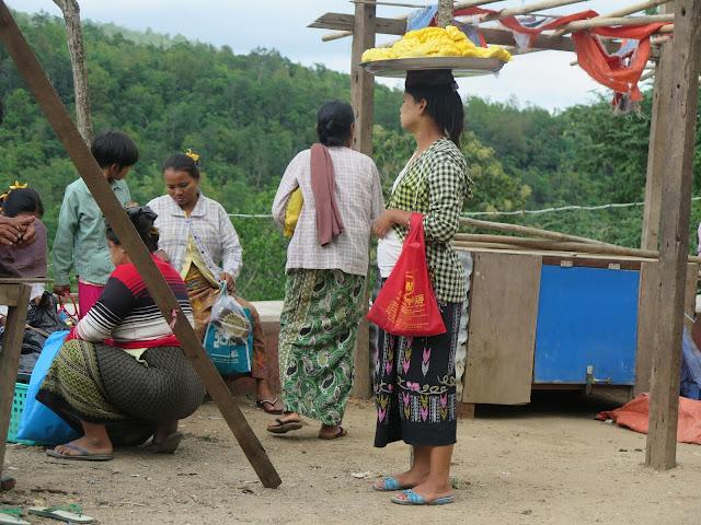 Vendedoras en el Monte Popa