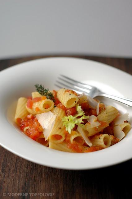 Tomatensugo dell'Osteria: Fruchtig-wuerzige Tomatensauce mit kleinen Gemuesewürfeln, Pastis und Safran, Basilikum und Parmesan