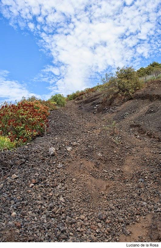 Sendero para ascender a Montaña Grande o Montaña del Socorro formado por tierra, y piedras volcánicas.