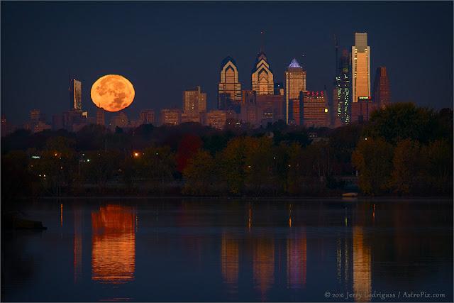 Trăng tròn mọc lên bầu trời Philadelphia. Hình ảnh: Jerry Lodriguss (Catching the Light).