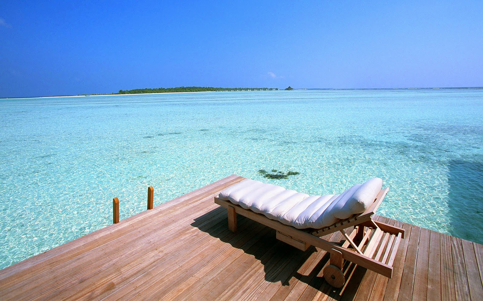 Strandbank eiland en mooie helder blauw water