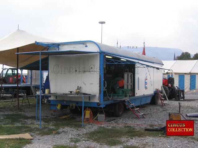 le roulotte abritant les ateliers de menuiserie et de serrurerie du Cirque Knie