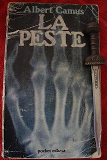 Portada del libro La peste, de Albert Camus
