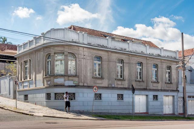 Casa situada na Rua Desembargador Ermelino de Leão, esquina com a Alameda Augusto Stellfeld