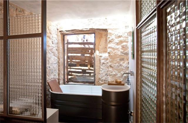 bano rustico con paredes de piedra finca en ibiza chicanddeco