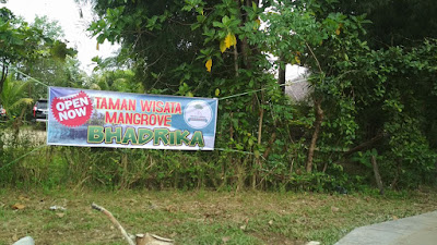 spanduk selamat datang ke taman wisata mangrove yang baru dibuka