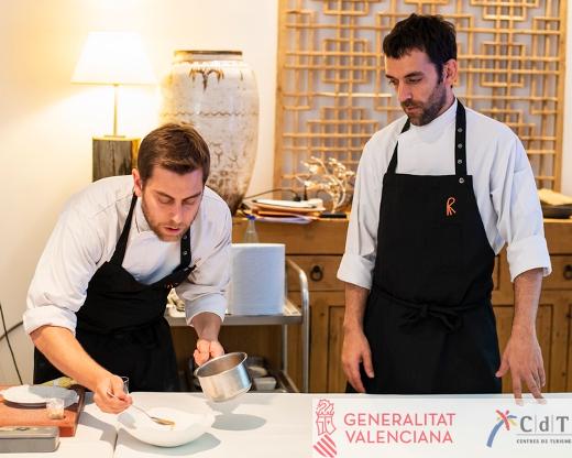La Agència Valenciana del Turisme lleva a los jefes de cocina del Celler de Can Roca, el catalán Nacho Baucells y el argentino Hernán Luchetti, a impartir clases magistrales en la Red de Centros de Turisme (CdT) de la Comunitat Valenciana.