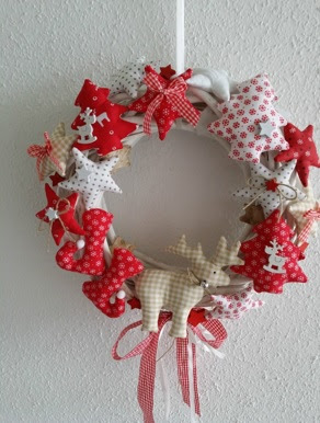 cómo hacer coronas navideñas con tela y reciclaje de adornos