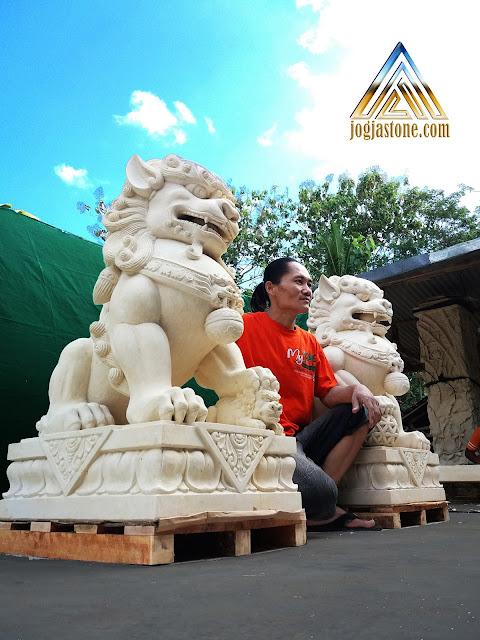 Patung samsi atau foo dog dibuat dari batu alam paras jogja / batu putih