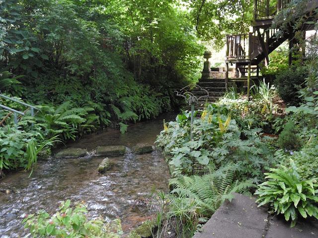 przejście przez rzekę po kamieniach