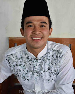 Foto Anwar Sanjaya Pakai Peci baju Muslim
