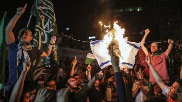 Manifestantes furiosos asaltan el consulado israelí en Estambul