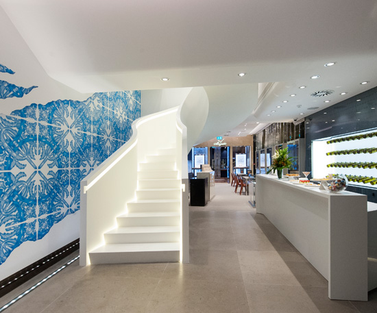 844edfd010b Aspecto do interior da Boutique dos Relógios Plus Art e lustre da autoria  de Joana Vasconcelos.