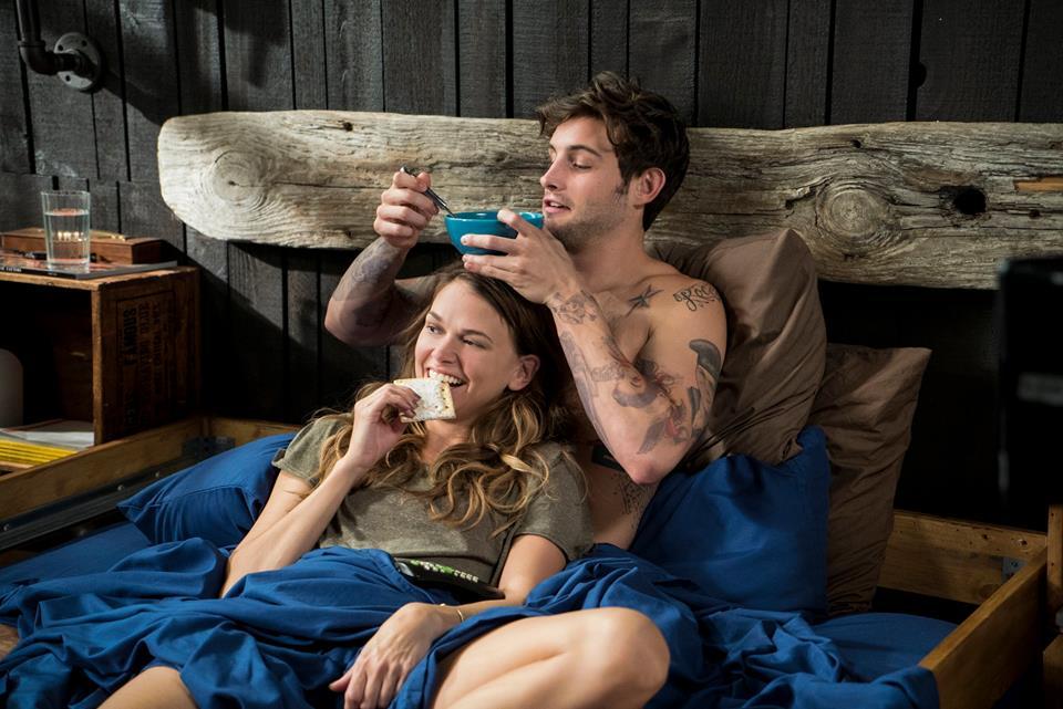 Liza y Josh durante un momento de complicidad en la cama