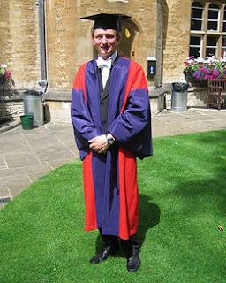 Doctor en Filosofía (DPhil) de la Universidad de Oxford con su vestimenta tradicional.